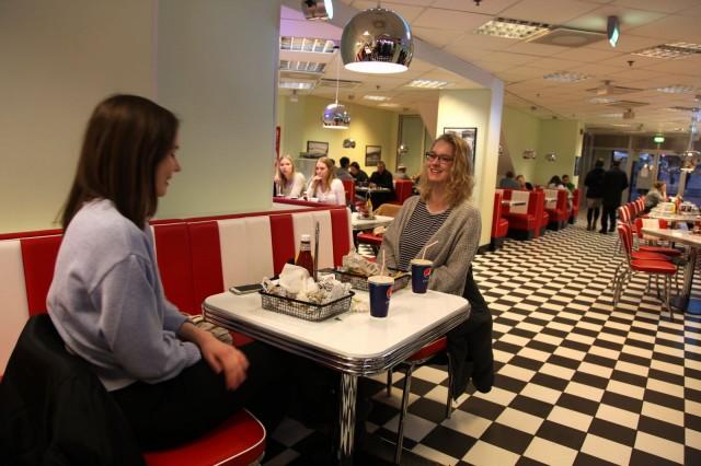 Anna-Riikka Lotti (vas.) ja Emmi Vainio pohtivat ehtisivätkö he kampanjan aikana vielä syömään muuallekin.