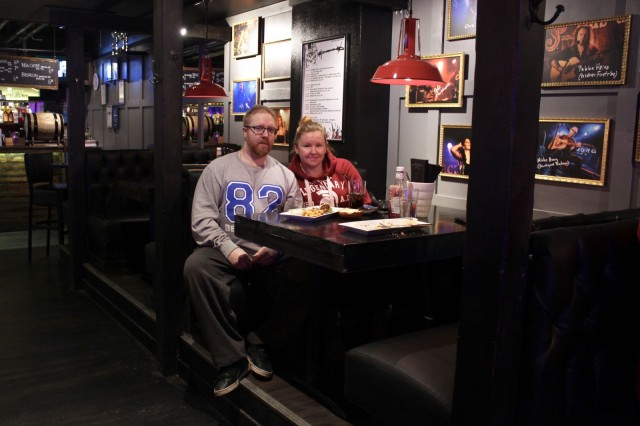 """Kalle Haapala ja Nina Läärä viihtyvät rock-ravintola Jack the Roosterissa hyvin, vaikka eivät profiloidu itse täysiverisiksi rokkareiksi. """"Kuuntelen raskaampaakin rockia mutta vastapainoksi myös Robinia"""", Läärä nauraa."""
