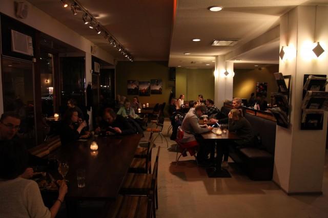 Kortteliravintola Kertussa herkutellaan pekonihampurilaisella ja vuohenjuustosalaatilla.