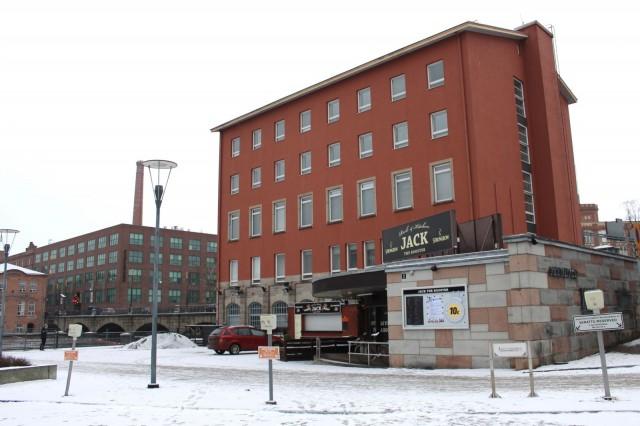 Jack the Rooster sijaitsee Koskitalon alakerrassa, aivan Tammerkosken vieressä.
