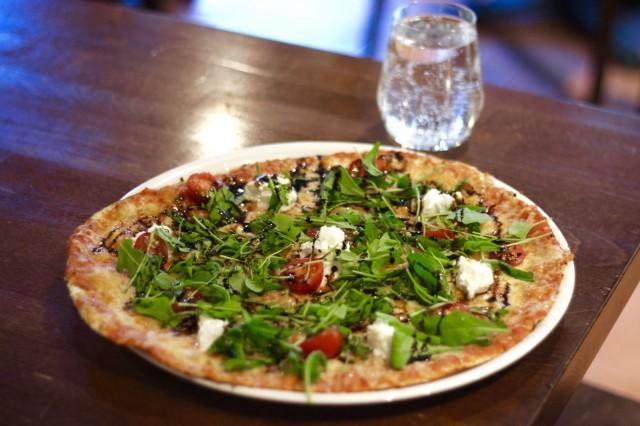 Kirsikkatomaateilla, bufalamozzarellalla, rucolalla, balsamicosiirapilla, mustapippurilla ja mozzarellajuustolla täytetty Pizza Chiara on yksi Ristorante Dennisin SYÖ!-annoksista.