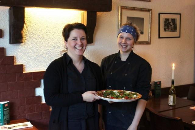 Sara Riita (vas.) kertoo, että perinteinen pizzalapio kuuluu Jenna Koiviston ja Dennisin muiden kokkien työvälineisiin. Pizzataikinan kauliminen ja täyttäminen niin, että se on lapiolla käsisteltävissä, on oma taiteenlajinsa.