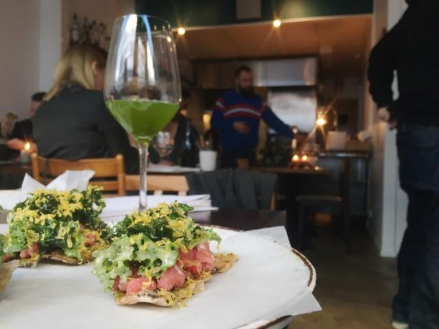 Vuoden Ravintolassa skoolattiin osuvasti vihreällä samettikukkamehulla.