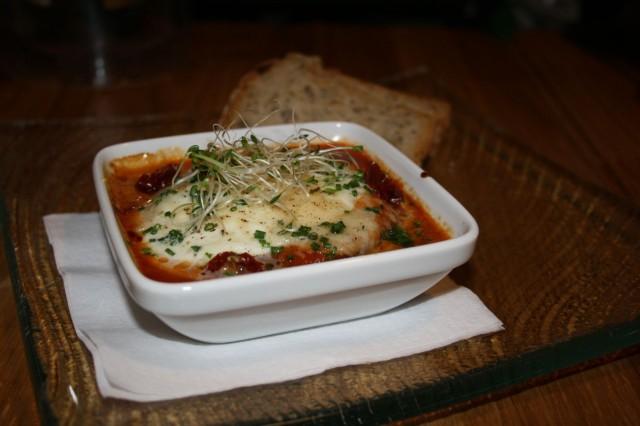 Munakoisoa ja runsas mozzarella-kuorrutus