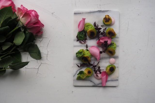 ( V e ):n menusta löytyy muun muassa ruusuja ja ruusukaalia.