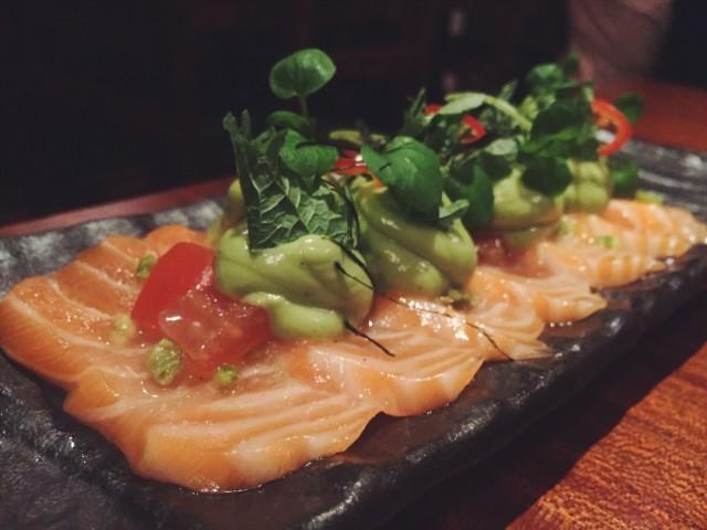 Cevichetyyliin sitruunamehulla ja valkoviinillä marinoitu sashimilohi-avokado-annos on Umeshun listalla aina, sillä se on asiakkaiden suosikki.
