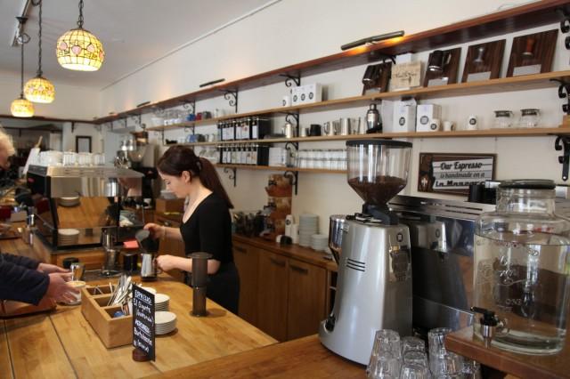Cafe Artissa kahvit syntyvät käsityönä. Pavut jauhetaan paikan päällä.