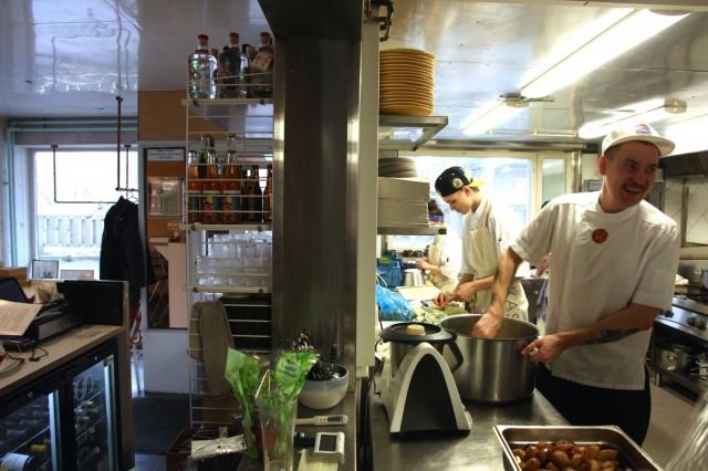 Kaskiksessa rento tunnelma alkaa keittiöstä ja välittyy aina asiakkaille asti.