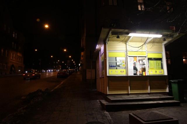 Kaskenmäen kadulla vilkkuu yön ainoa valopilkku: Mantun grillille on pimeässä helppo suunnistaa.