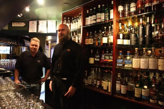 Omistaja Pera Salonen ja ovimies Kalle Salminen ovat Turun parhaan baarin parhaita asiakaspalvelijoita.