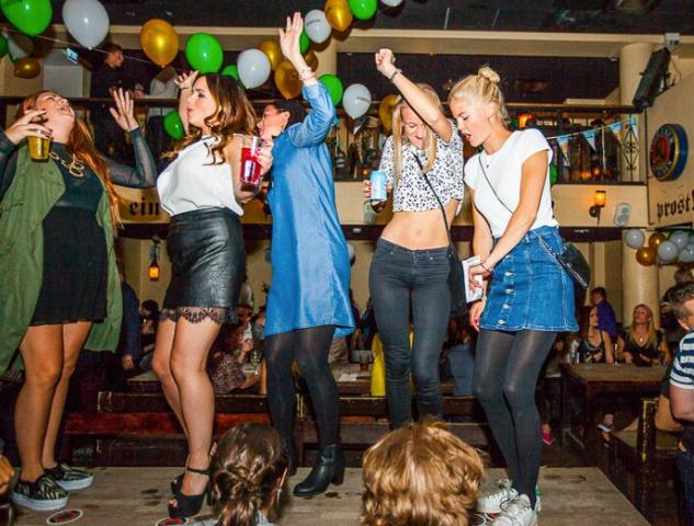 Rymy-Eetussa tanssitaan – myös pöydillä.