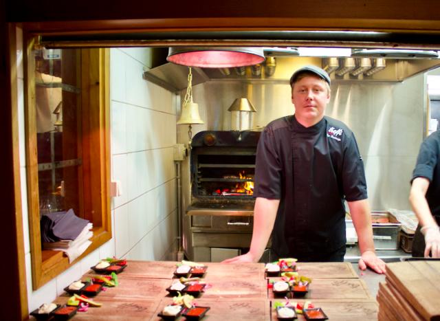 Treffin keittiömestari Topi Keskisarja tekee luukun takana burgerin jos toisenkin.