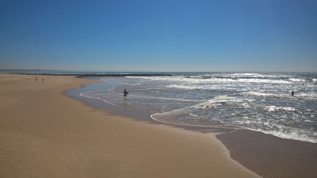 Ulkomailla menen mielelläni meren rannalle kävelemään, sillä tähän aikaan vuodesta vielä siellä on tilaa ja rauhaa.