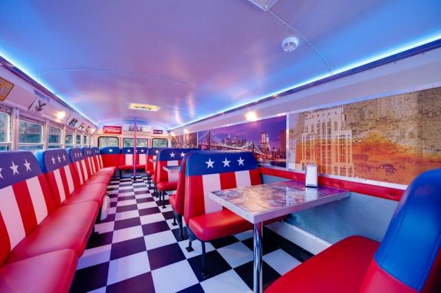 Bus Burgerissa on rakennettu upea jenkkidiner bussin sisätiloihin. (Kuva: Facebook)