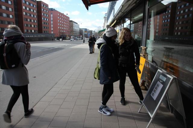 Sarah Lilius ja Irene Enges lounasmetsällä.
