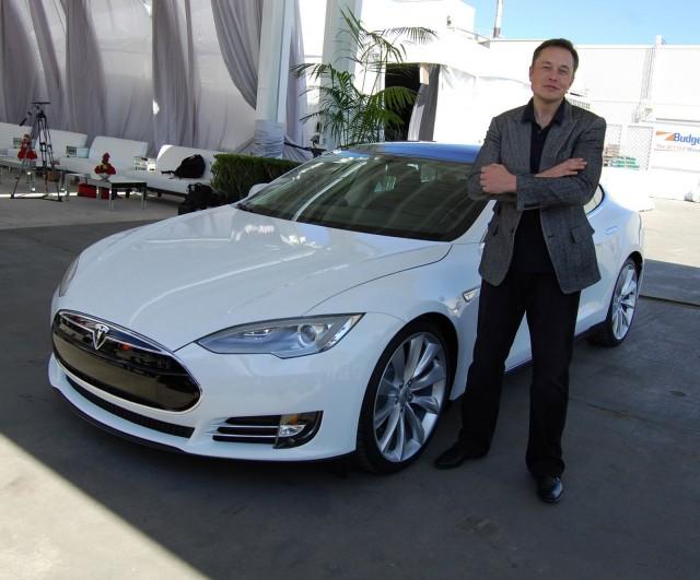 Elon Musk visioi, että Teslaa ajaessa voi katsoa suoraan paikalliset menovinkit Citystä, varata pöydän City Digitalin EatAndTheCity -teknologialla suoraan Teslan diginäytöltä. Varauksen hoiduttua Tesla voi automaattisesti navigoida ravintolaan.