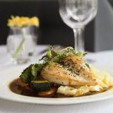 SYÖ!-viikoilla Franklyssa tarjoillaan myös pariloitua kananpojan rintafileetä grillattujen kasvisten, kermaperunoiden ja täyteläisen punaviinikastikkeen kanssa. Annos on laktoositon ja gluteeniton. Kuva: Julia Widmann