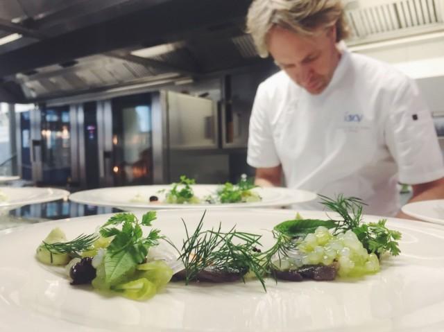 Savoyn keittiöpäällikkö Kari Aihinen kokoaa Taste of Helsinki -annoksia keskittyneesti.