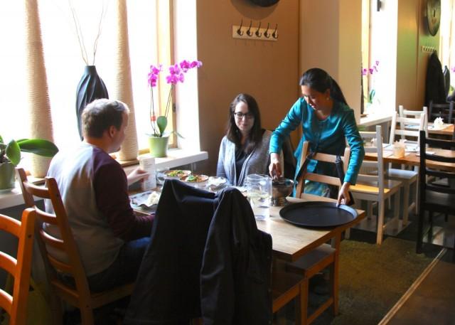 My Nguyen tarjoilee Mikael Knaapille ja Karoliina Uusluodolle Tamarinin herkkuja.