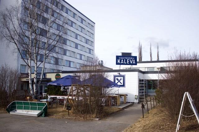 Gastropub Kalevan liiketilat ovat Uuden Domuksen alakerrassa Pellervonkadulla. Rakennuksen julkisivuremontti valmistuu lähiviikkoina.