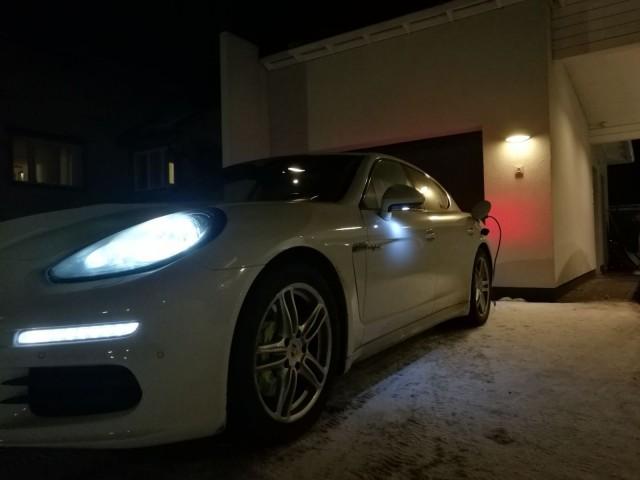 Porsche latautumassa.