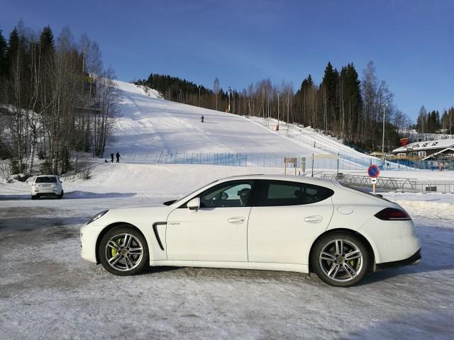 Porsche Panamera E-Hybrid lainassa kaverilta, joka oli kuukauden työmatkalla. Aitoa jakamistaloutta.
