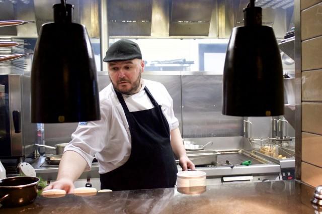 August von Trappen ruokalista on huippukokki Hans Välimäen suunnittelema, mutta keittiöpäällikkö Kalle Laaksonen tiimeineen huolehtii sen toteutuksesta. Viime päivinä tekemistä onkin riittänyt.