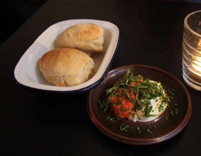 (tietenkin) kotitekoista leipää ja ehkä parhaita maistamiani lisukkeita mm. valkosipuliaiolia. Lisukelautanen käytännössä nuoltiin puhtaaksi.