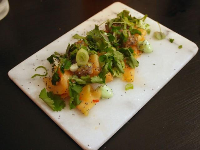 Kyssäkaalikimchiä, soijakastike-chiavanukasta, limemajoneesia sekä runsaasti korianteria. Illan paras annos joka jätti harmittamaan pienehkön kokonsa takia.