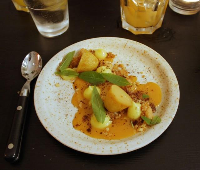 Uusia perunoita jälkiruoaksi?! Vaniljasiirapissa uppopaistettuja perunoita, karamellisoitua sitruunaa, sitruunavoita sekä keksiä. Erinomainen lopetus illalliselle, arvostan Christopherin kekseliäisyyttä sekä kokeilunhalua!