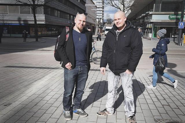 Mika ja Jaska saivat Lahden SYÖ!-flaijerit käteensä ja olivat tyytyväisiä kympin ruokakampanjan tarjontaan.