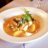 Wistub Alsacen bouillabaissea on ehditty kehua jo kaupungin parhaaksi. Herkullisessa keitossa on lohta, turskaa ja sinisimpukkaa. Annos on sekä laktoositon että gluteeniton.