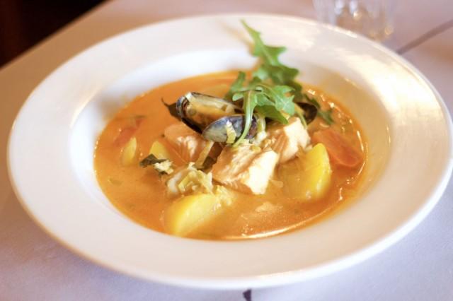 Bouillabaisse tamperelaiseen tapaan lohella, turskalla ja sinisimpukalla. Herkullinen keittoannos on laktoositon ja gluteeniton.