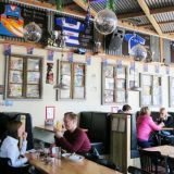 Woolshed Helsinki on australialainen ravintola, joka on sisustettu teeman mukaisella tavalla.