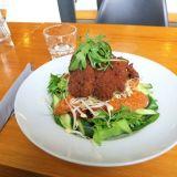 Korjaamo Bar & Kitchenin SYÖ!-menun kasvisvaihtoehto on maukas seitan-salaatti.