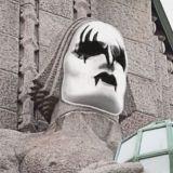 Kivimiehistä tulee KISS-miehiä legendaarisen rockbändin keikan kunniaksi