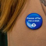 Lontoo tarjoaa julkiseen liikenteeseen pinssejä, jotka kertovat istuimen tarpeesta
