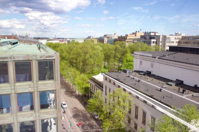 Terassilta näkee myös sisarbaari Teatteriin, joka pyörittää Stockmann Roofin toimintaa.