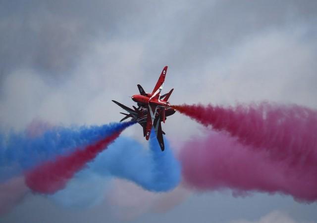 Red Arrows pistää väriä taivaalle.