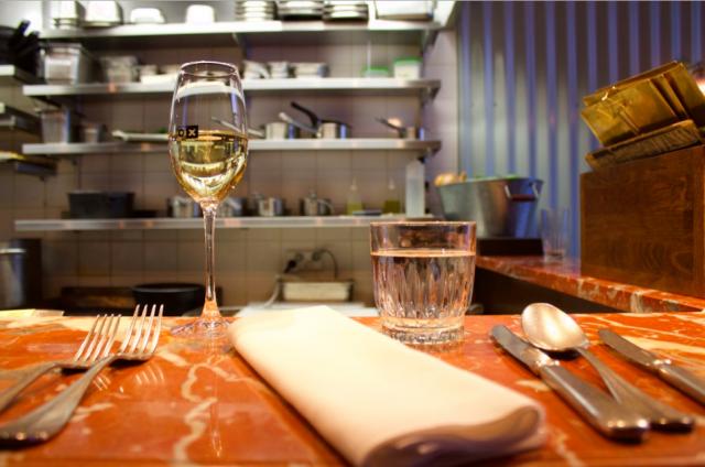Ravintola Oxissa paras paikka on tiskillä, josta voi katsella ruokien valmistumista.