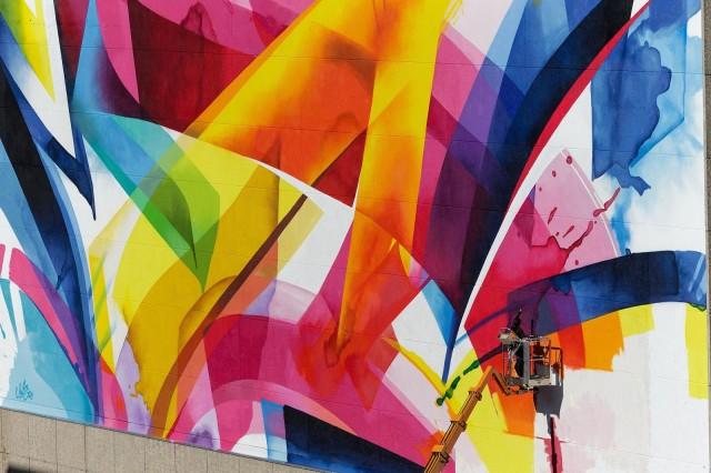 """Claudia """"MadC"""" Walde maalaa """"The 500 Wall"""" -teosta Leipzigissä Saksassa vuonna 2013"""
