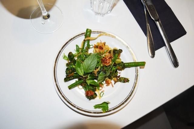 "Gluteeniton alkupala ""Chinese broccoli"". Broccoliini, chilihillo, rapea shalotti, tempeh, thai-basilika, kevätsipuli, riisinuudeli."