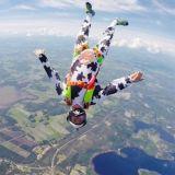 Ristiinassa nähtiin lentävä lehmä – Antti Pendikainen hyppäsi lentokoneesta jakamaan ilmaista jäätelöä