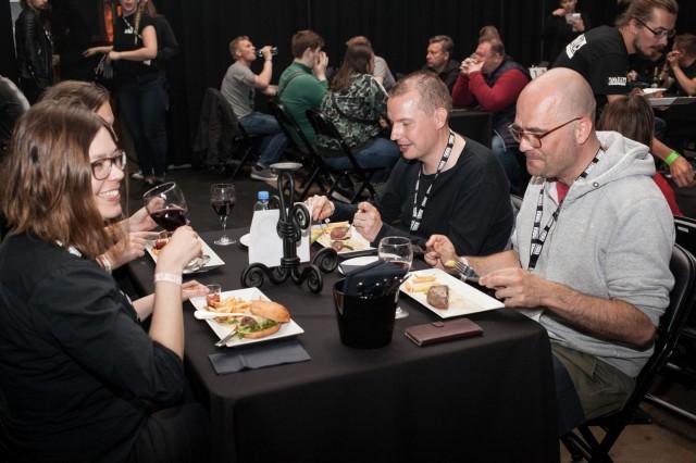 Black Dining -ravintola tarjosi illalliskokemuksen festivaalialueen sydämessä. Mustanpuhuvalta à la carte -listalta löytyi teemaan sopivia annoksia.