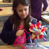 Tyttö suunnitteli glitteriä ampuvan käsiproteesin – ja tekee nyt uraauurtavaa proteesisuunnittelua