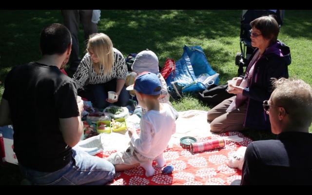 Lapinlahden puistossa kelpaa viettää kesäpäivää isommallakin porukalla.