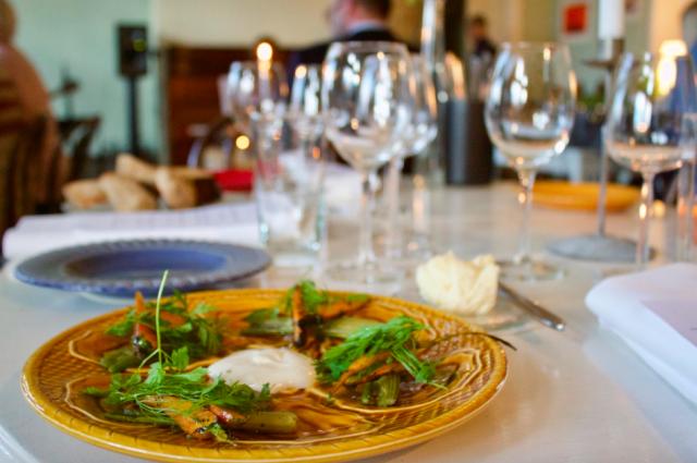 Vår-illalliset järjestettiin Isnäsissä kahvila/galleria/majatalo Kaarnarannassa.