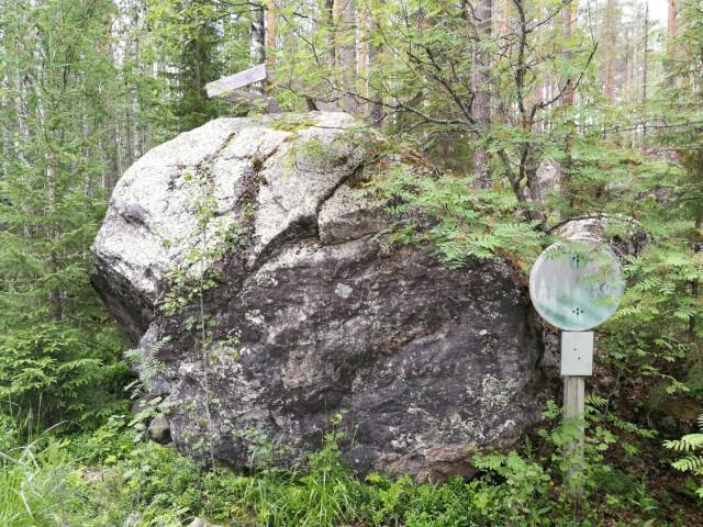 Pähkinäsaaren rauhan rajakivi. Kiven reunaan hakatut kruunut erottuvat edelleen.