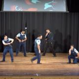 Tanssia ja virkavelvollisuuksia – poliisien rohkea tempaus