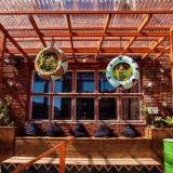 Ääniwallin terassilla kasvaa kesäkurpitsoita ja se on myös täydellinen etkopaikka